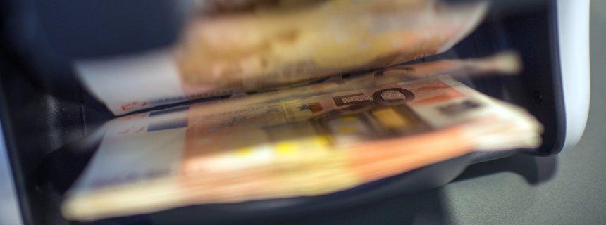 ILLUSTRATION - 5000 Euro in 50-Euro-Scheinen werden am 03.02.2016 am Schalter einer Sparkasse in München (Bayern) in einer Geldzählmaschine gezählt. Foto: Matthias Balk/dpa (zu dpa «Bundesregierung wirbt für Bargeld-Limit von 5000 Euro» vom 03.02.2016) +++(c) dpa - Bildfunk+++